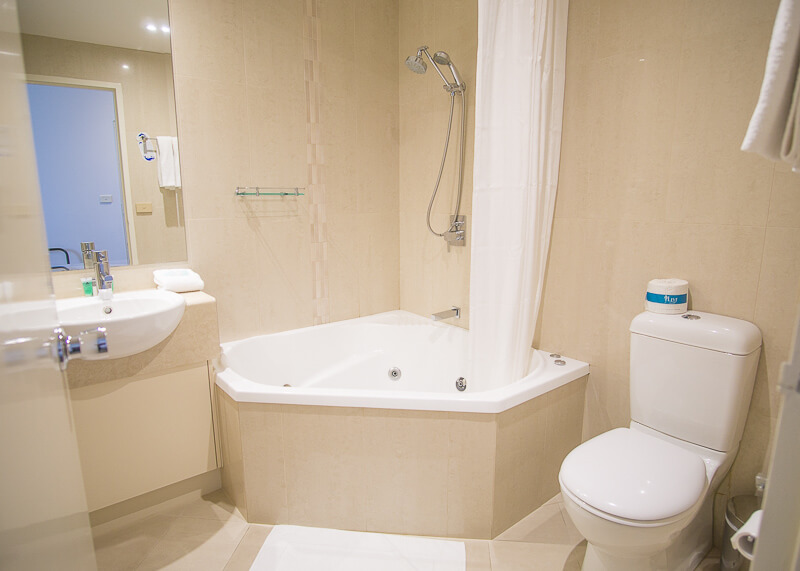 Best Western Plus Travel Inn Hotel Melbourne - jacuzzi in bathroom