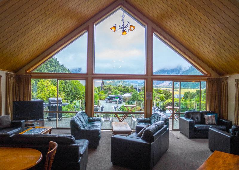 aoraki mount cook alpine lodge - lounge area