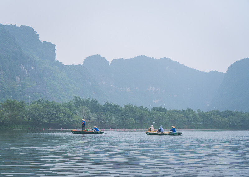 Trang An Grottoes tour - rowers on the boat
