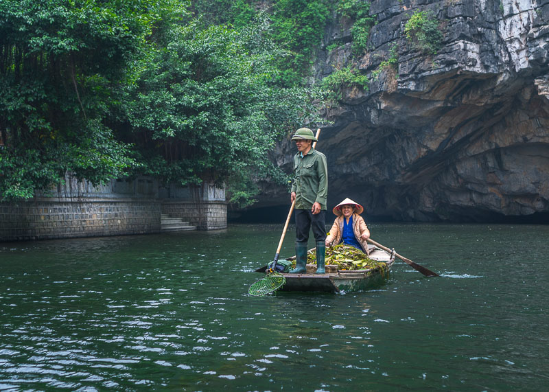 Trang An Grottoes tour - rowers on boat