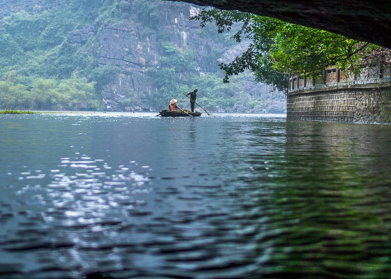 Trang An Grottoes tour - boatmen