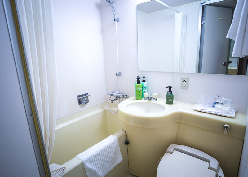 Best Western Tokyo Nishikasai - tiny bathroom