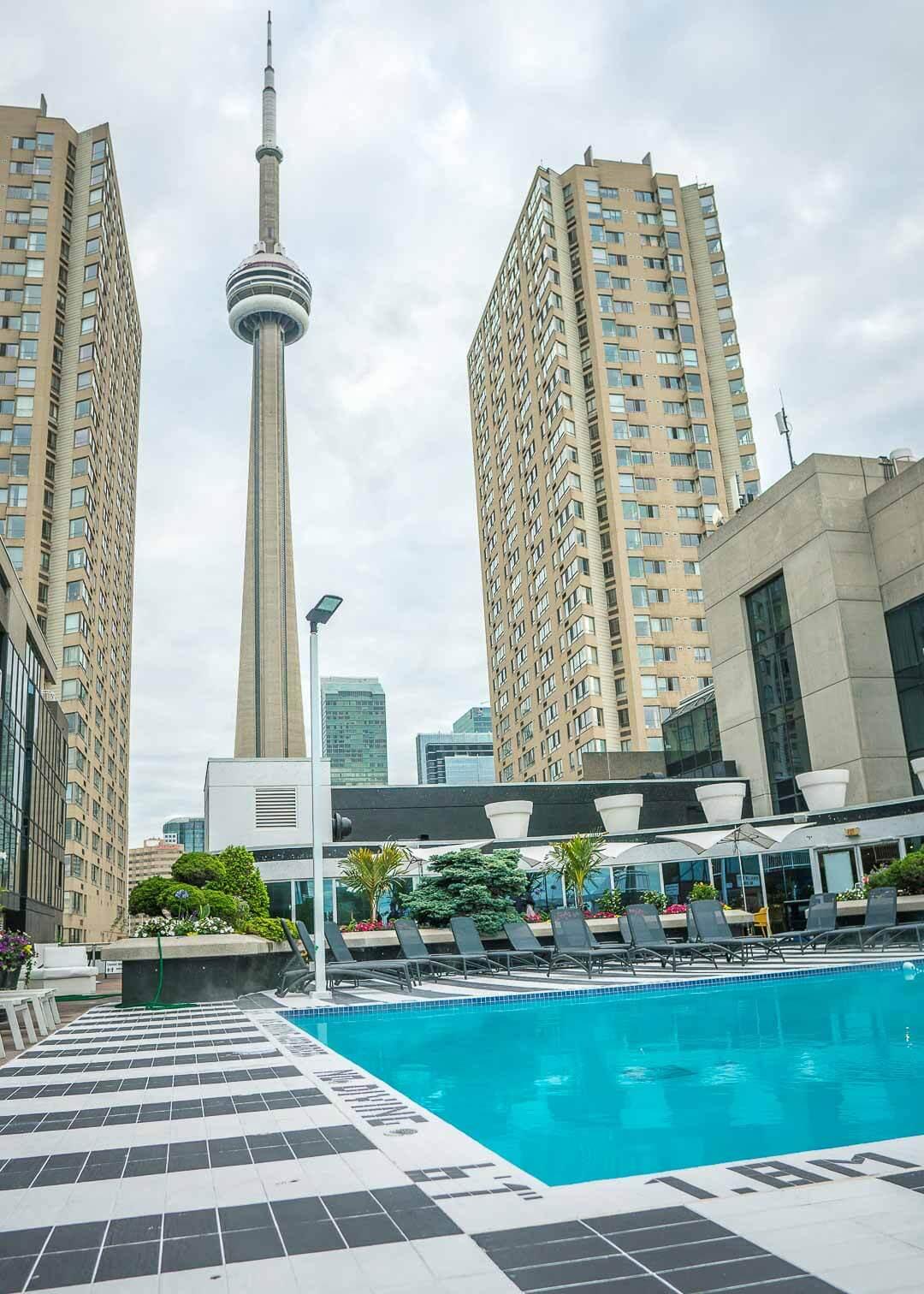 Radisson Harbourfront Toronto - rooftop pool