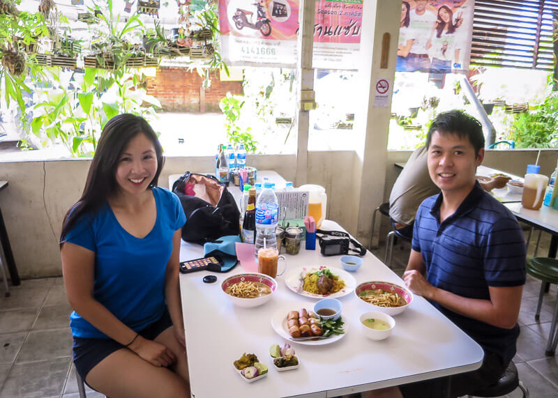living in chiang mai thailand - eating khao soi at khao soi islam