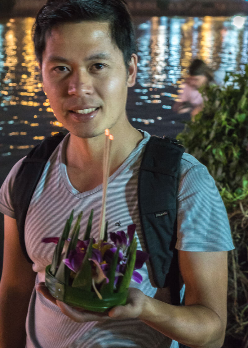 chiang mai travel blog - releasing Loi Krathongs in the river