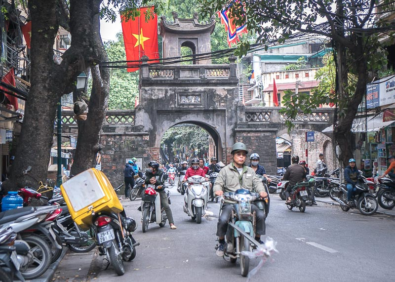 Hanoi travel blog - crossing street