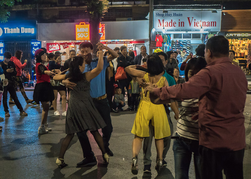 Hanoi travel blog - Hoàn Kiếm Lake weekend dance parties