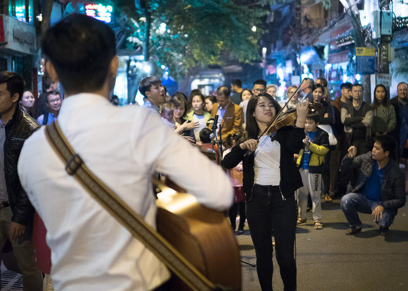 Hanoi travel blog - beer street music performers